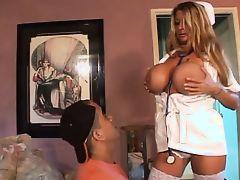 Медсестра с огромными сиськами соблазнила неопытного парня