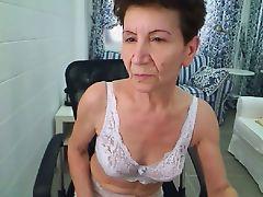 Худая бабулька в белье расслабляется перед вебкамерой