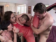 Опытную брюнетку трахают четверо мужиков