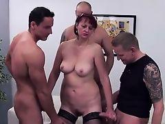 Пять парней обслуживают зрелую шлюху с отвисшими сиськами