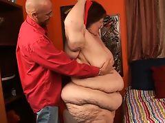 Тучная стареющая бабища ебется с черным парнем