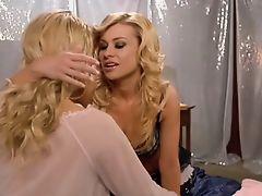 Carmen Electra в лесбийском поцелуе