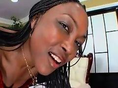 Красивая черная мамочка жестко трахается