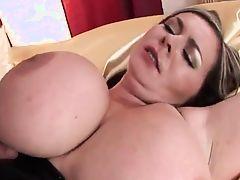 Мамашка с огромными сиськами трахается жестко