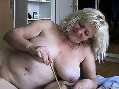 Зрелая толстая баба играет с членом