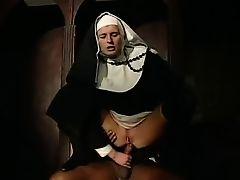 Похотливая монахиня напоролась жопой на хуй и скачет на нем