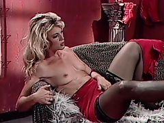 Классная блондинка в чулках дрочит на диване