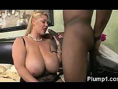 Толстая блондинка с огромными отвисшими сиськами берет в рот большой черный хуй