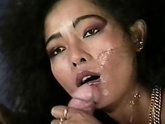 Белый хер кончает азиатке на лицо