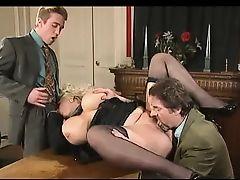 Немецкая секретарша с огромными сиськами ебется с мужиками на офисном столе