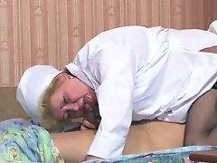 Зрелая русская медсестра сосет член больному