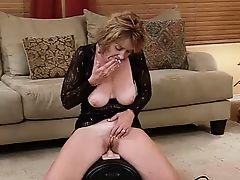 Старая мама оседлала секс-машину