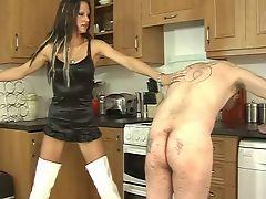 Госпожа в сапогах шлепает плеткой мужика на кухне