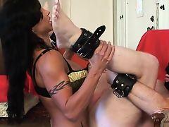 Извращенка госпожа трахает в жопу связнного раба