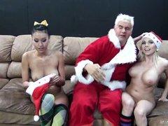 Уставший Дед Мороз расслабляется с сиськастыми цыпочками