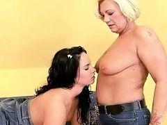 Старая лесбиянка развращает молодую и неопытную