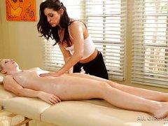 Брюнетка массажистка ласкает невинную блондинку