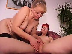 Неопытные зрелые женщины пробуют ласкать себя в групповухе