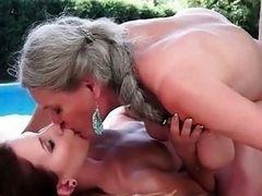 Старая лесбиянка лижет юную девушку у бассейна