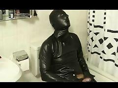 Извращенец в черном латексе дрочит в туалете
