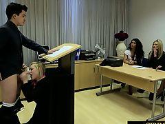 Студентка отсасывает у преподавателя за стойкой на лекции