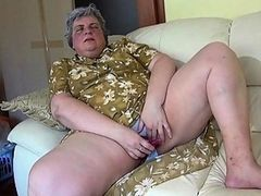 Молодая красотка и старая бабка дрочат на диване