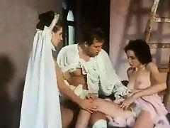 Винтажное итальянское порно как мужик трахает двух теток
