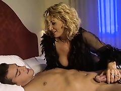 Итальянская мама пробралась в спальню к невинному парню и трахнула его