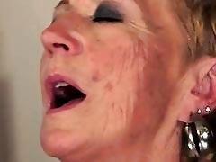 Старая лесбиянка трахает молодую цыпочку
