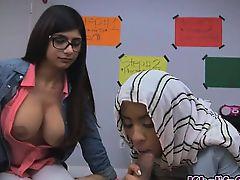 Симпатичная арабка Mia Khalifa сосет с подругой толстый хуй
