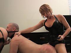 Чувак вылизывает жопу госпожи пока вторая ебет его страпоном