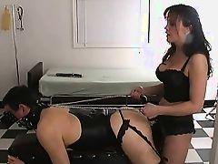 Госпожа со страпоном натягивает раком своего раба