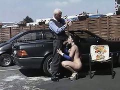 Опытная шлюха отсасывает у деда на автостоянке