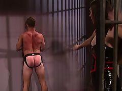 Сексуальная брюнетка в латексе шлепает своего раба