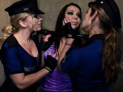 Озабоченные лесбиянки полицейские Dia Zerva и Beverly Hills трахают красотку