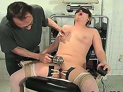 Гинеколог извращенец мучает зрелую блондинку в кресле
