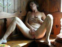 У старой проституки было много мужиков, но сейчас она просто дрочит