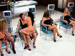 Грудастые телки трахаются в лесбийском шоу