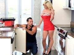 Соблазнительная домохозяйка Parker Swayze трахается с мускулистым сантехником Johnny Castle