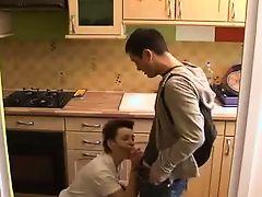 Старая французская мама отсосала молодой член на кухне