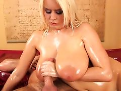 Шикарная Pamela Anderson дрочит член на свои массивные дыни