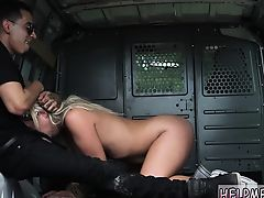 Похотливая Madelyn Monroe берет в рот в блядском фургоне