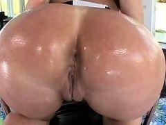 Жопастая Tiffany Mynx жестко трахается сзади