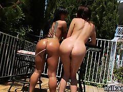 Две жопастые лесбиянки трахаются на балконе