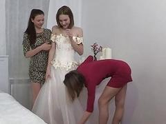 Дружки помогают невесте переодеться и лижут ее