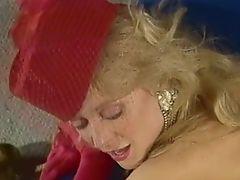 Красивая зрелая блондинка в шляпке ебется раком