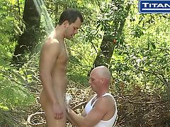Гомики сосут друг у друга под душем в лесу