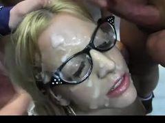 Парни трахнули блондинку в очках и обкончали лицо