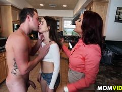 Мачеха Janet Mason учит неопытную Riley Reid как трахать парня, чтобы он был доволен