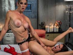 Грудастая порнозвезда Lyla Storm трахает в попку подругу